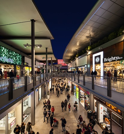 picture of the shopping alleys by night at SPLAU